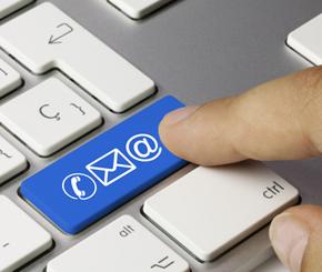 Finger drückt die blaue Taste auf der Tastatur